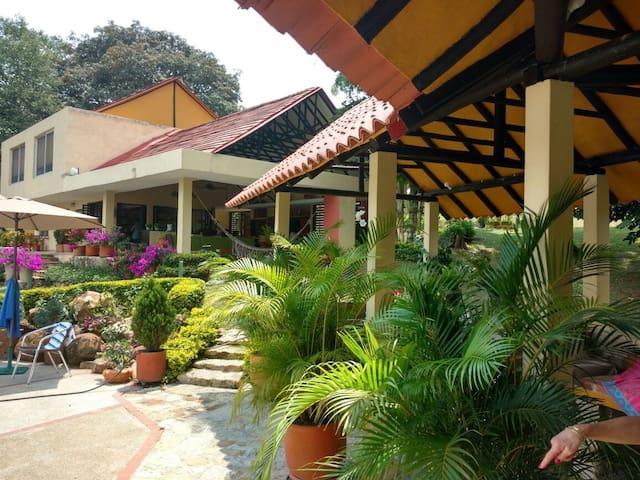 """Jacaranda"" Espectacular casa en Anapoima - Anapoima - Natuur/eco-lodge"