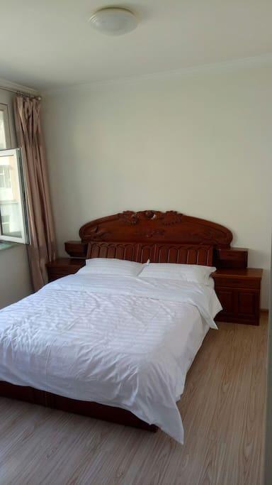 大床1.8×2.0米能睡2人。