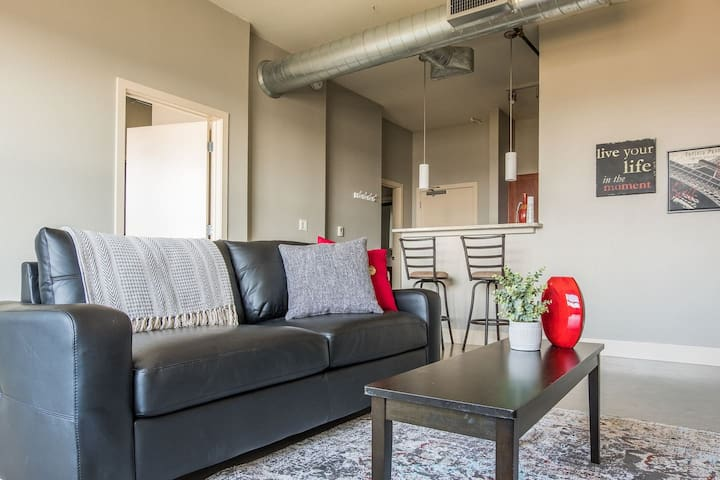 Bright 1BR Loft near Riverwalk