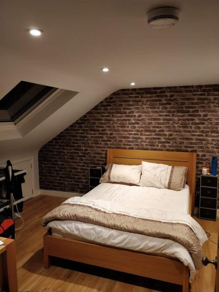 Beautiful and Bright En Suite Attic Double Room
