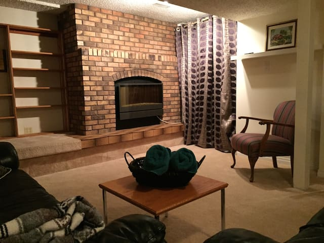 Bright Basement Suite living room area/fireplace - Saskatoon - Rumah