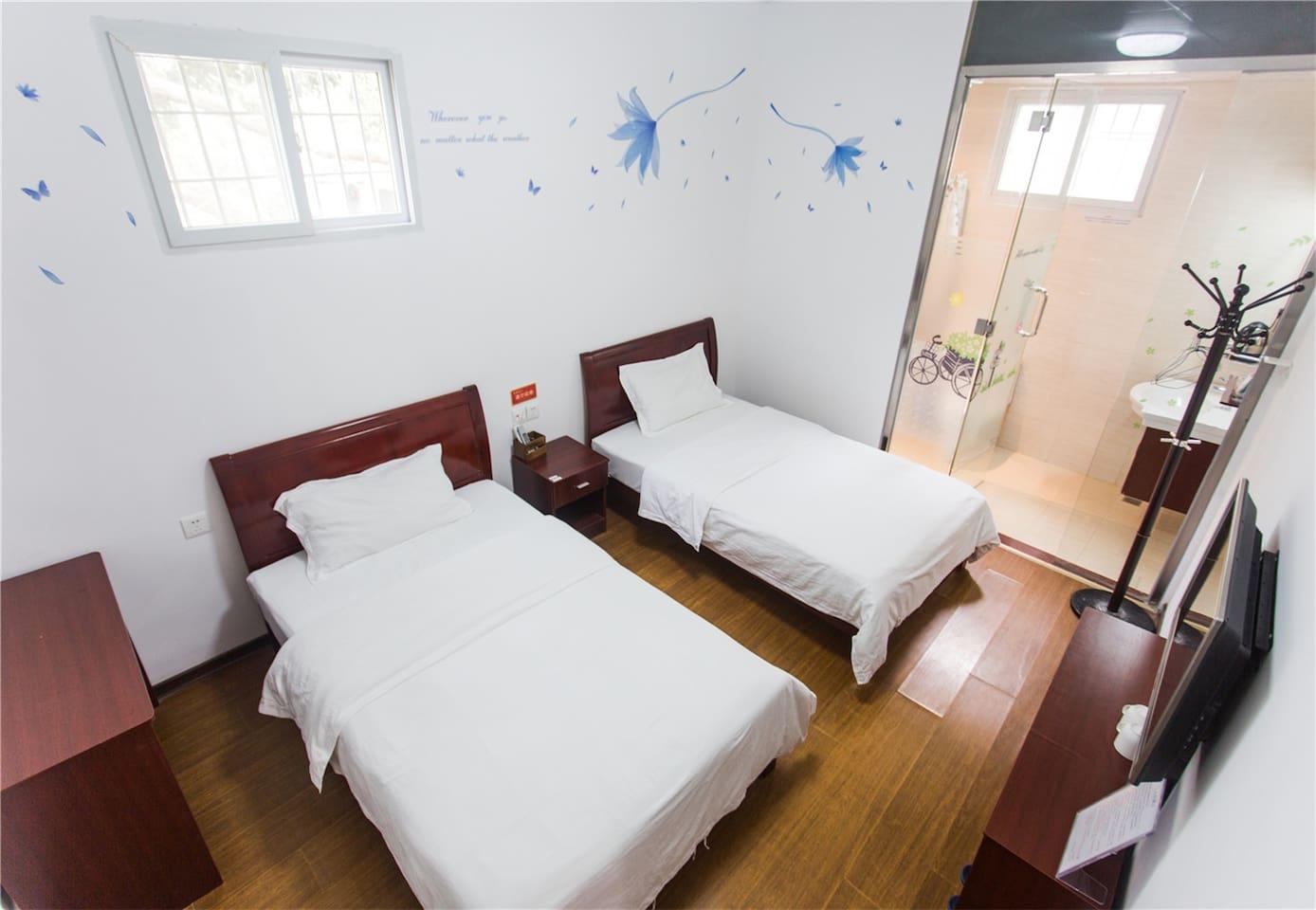 温馨独立的房间,窗外就是鸟语花香哦~