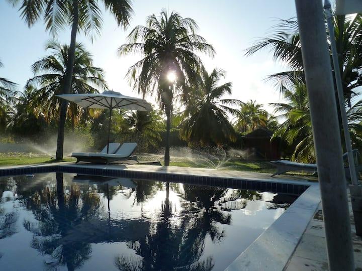 Linda casa com piscina em condomínio de luxo .