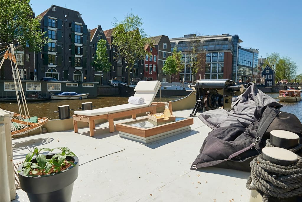 Frontside terrace with enough space; sunchair and Fatboys