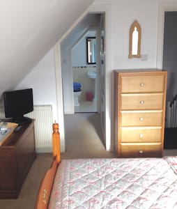 A cosy room with en suite bathroom - East Cowes