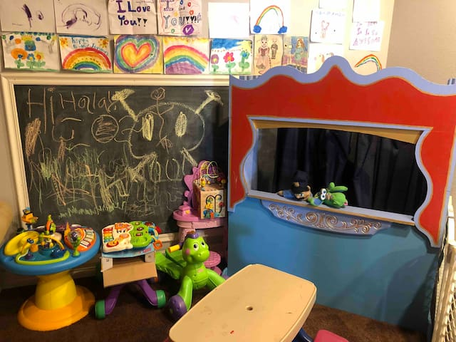 Keep the kids occupied with a puppet theatre, picnic table, chalkboard, art wall and many toys to choose from.
