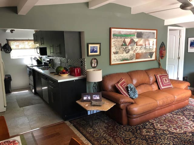 LOVELY 50'S  BUNGALOW NEAR BEACHES AND DOWNTOWN