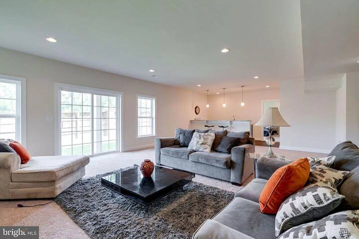 Spectacular 1 bd/1ba basement apt w/ private entry