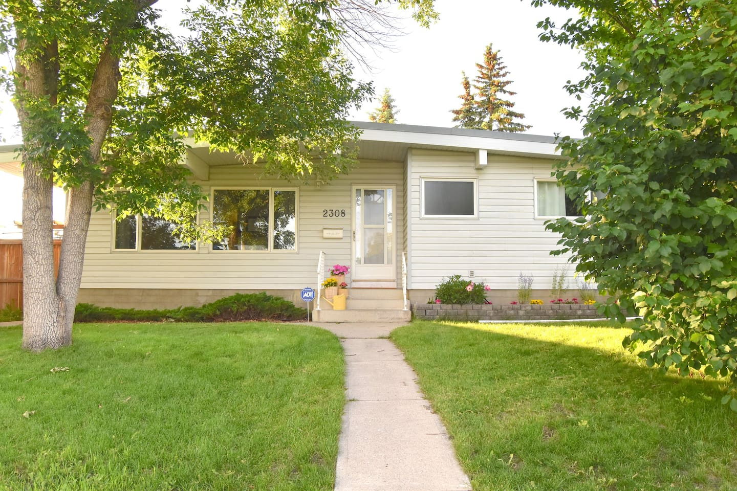Welcome to our charming bungalow in Mayland Heights!
