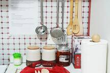 Cucina: attrezzi e barattoli di caffè e sale grosso. Appese al muro: istruzioni sul funzionamento del gas e dei fornelli (lasciamo accanto a ogni elettrodomestico della casa spiegazioni bilingue-in italiano e inglese-sul suo funzionamento)