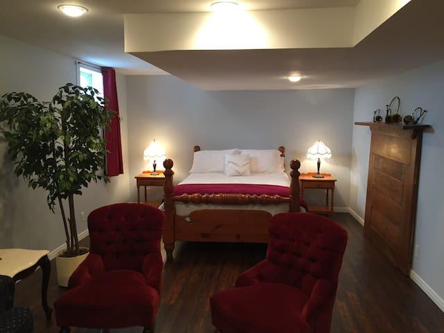 Den Bedroom (Queen Bed)