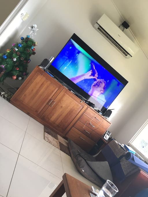 "High end Media setup with 65"" 4KTV, AppleTV4, PS4 Pro, Nintendo Switch, Home-Theatre, High-speed unlimited Wifi, Yoga-mat, Swiss-Ball and Speed-Rope!"
