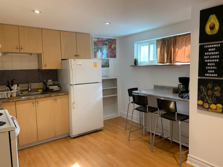 Entire 2 Bedrooms Apt with Laundry and Parking