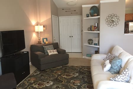 Lovely living in a great neighborhood - Greensboro - Condominium