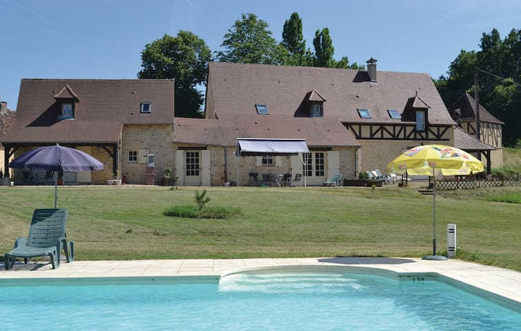 Holiday cottage with 3 bedrooms on 147 m² in Savignac-de-Miremont