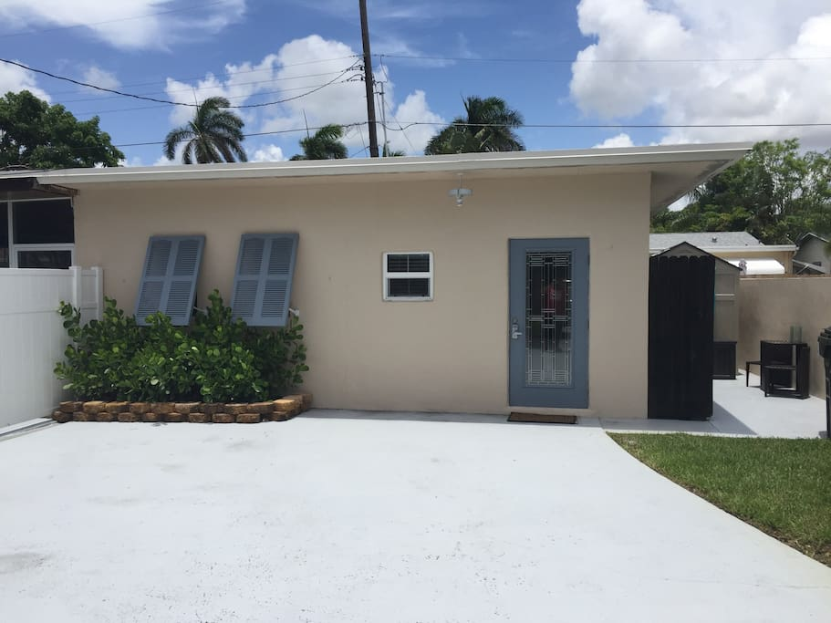 Detached 1 bed, 1 bath apartment with private driveway