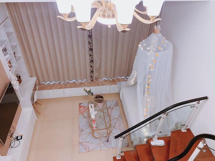 白色浪漫loft主题房