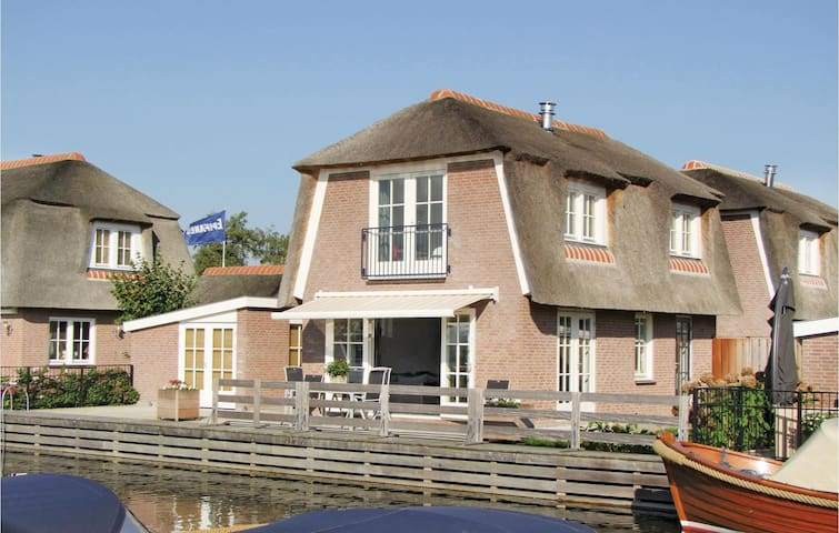 Holiday cottage with 3 bedrooms on 120 m² in Breukelen
