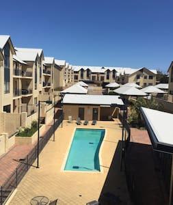 Pool, gym, views, location! - Joondalup - Apartamento