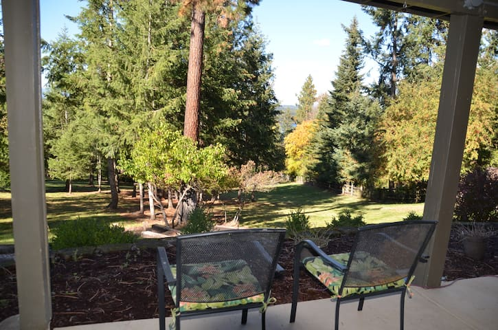 Fully furnished park setting; 1800 sq feet; 2 bdrm - Coeur d'Alene - Huis