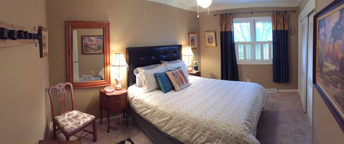Western Room in Beautiful WDM Home - West Des Moines - House