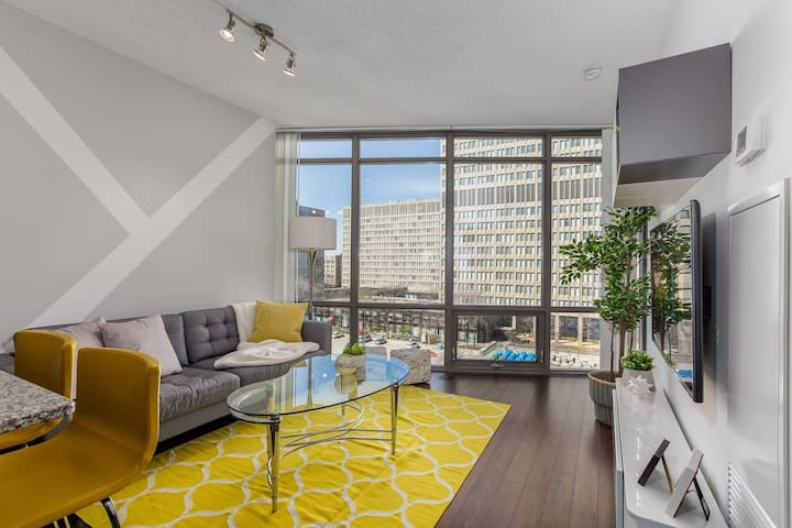 RATE DROP! - Clean and Pristine - Luxury on Bay Street (Yonge & College)
