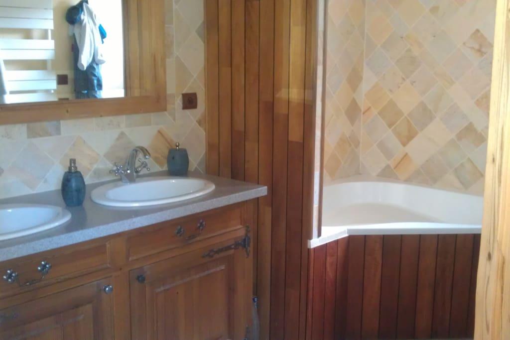 sdb avec double vasque et baignoire