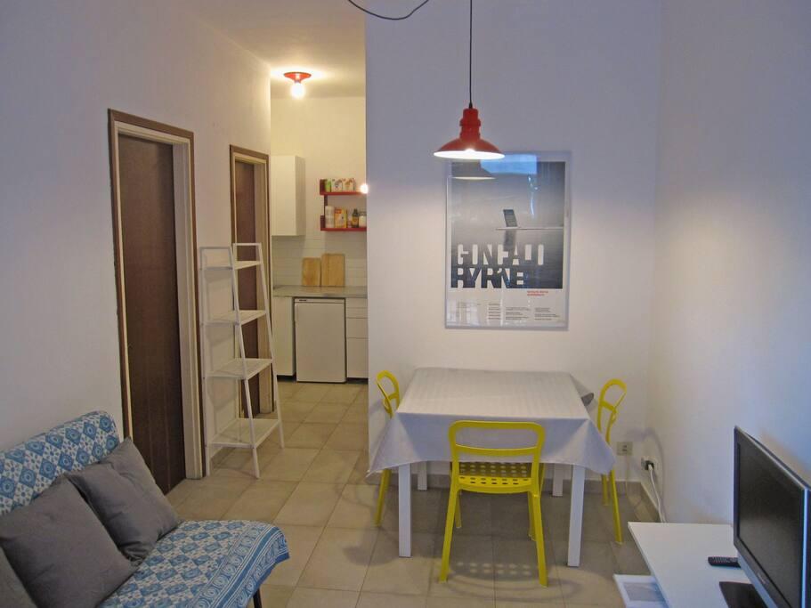 L'ampio soggiorno con divano letto e tavolo da pranzo allungabile