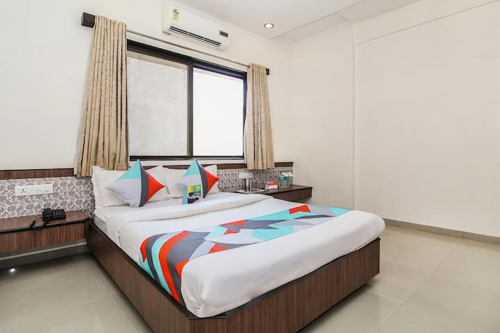 Deluxe Stay **0.3 km from CST Railway Station **