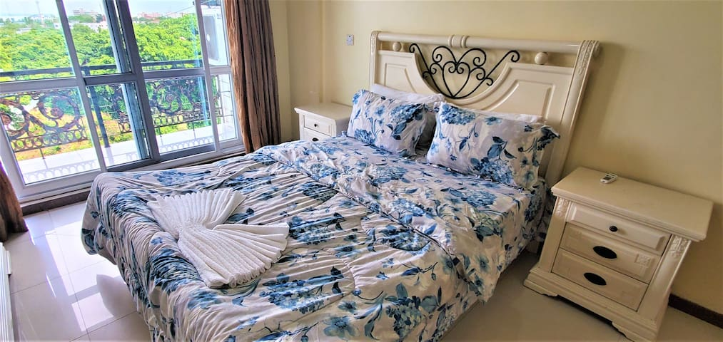 Queen Bed in Apartment near the Beach in Masaki