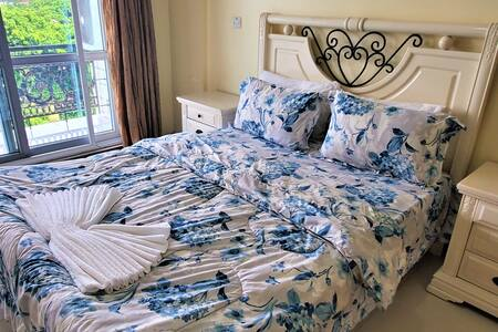 Queen Bed in Apartment near the Beach in Masaki