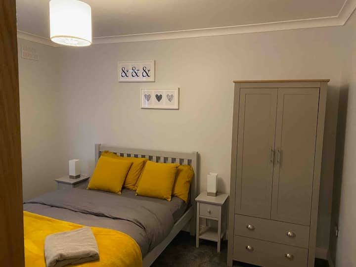 Deluxe 3 bed, nearby racecourse and hospital.
