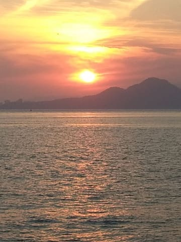 Terraço com churrasqueira e vista para o mar