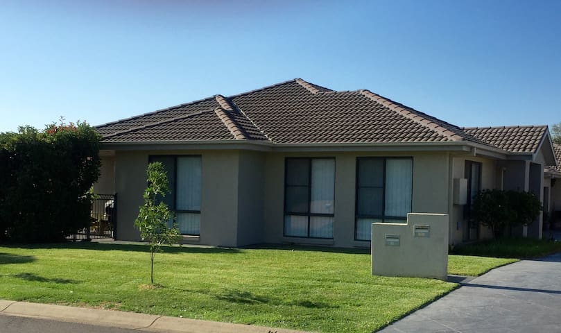 'The Retreat' Modern & Comfortable - Tamworth  - Huis