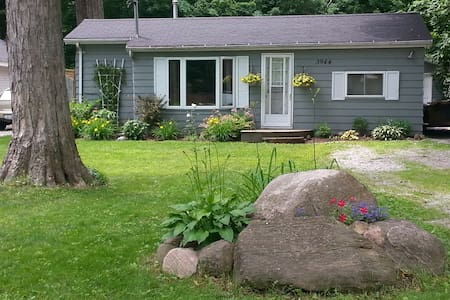 2 bedroom Cottage Steps to Lake Simcoe - Innisfil