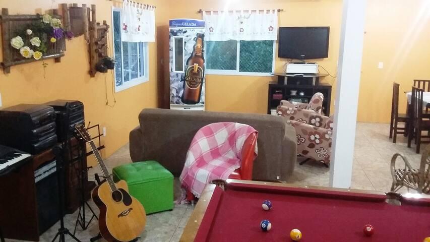 Ampla casa em Palhoça com suíte, pomar e jardim - Palhoça - บ้าน