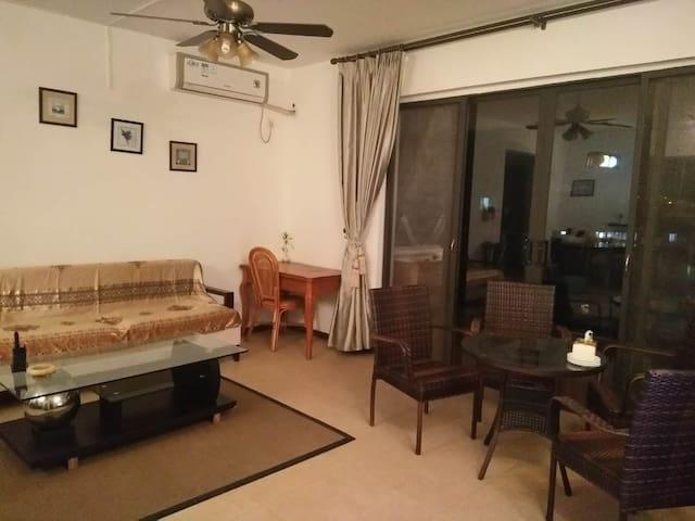 客厅及餐厅还有书桌,便于阅读和电脑上网