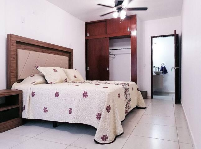Guinda. Habitación privada y cómoda en Chapalita.