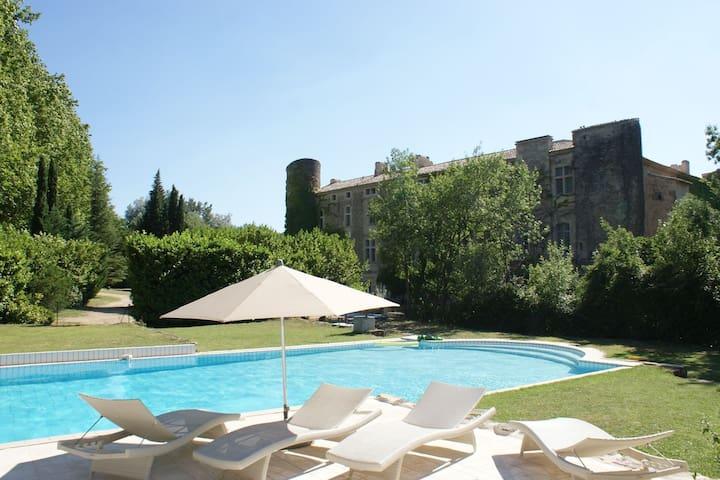 20 km Avignon Appartement dans chateau 16e piscine