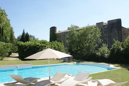 20 km Avignon Appartement dans chateau 16e piscine - Laudun-l'Ardoise