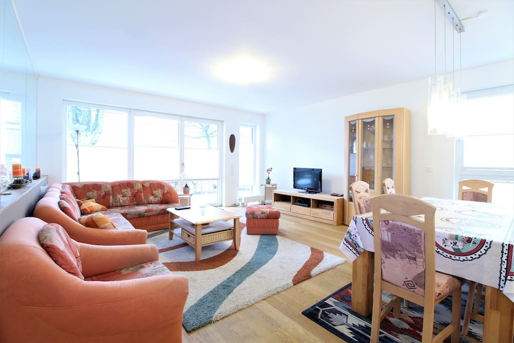 The comfy couches in combination with the fluffy carpet create a friendly and war atmosphere.