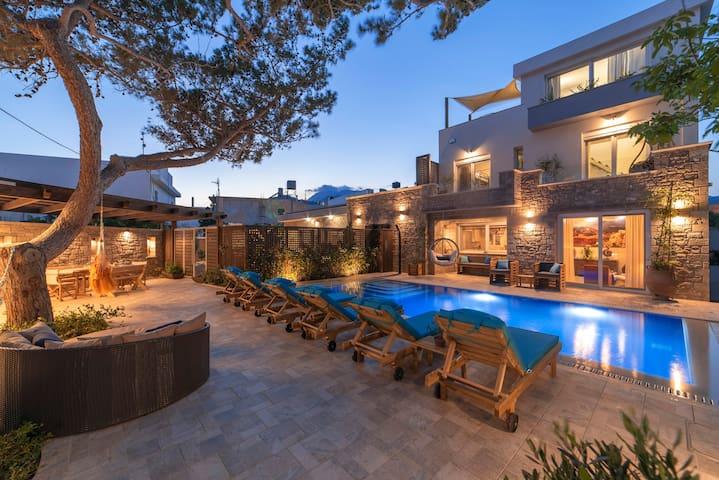 Luxury 14 bedrm villa with spa, heated pool, beach