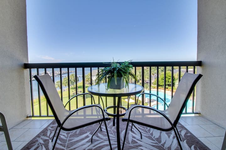Bayfront delight w/ shared pool, bay views & prime location - Snowbirds welcome!