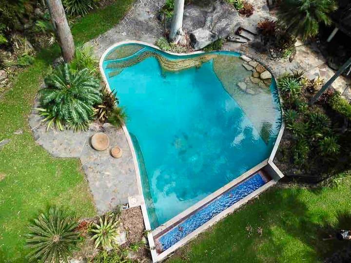 ABSOLUTE BEACHFRONT!  🌴 Cairns Beachside retreat