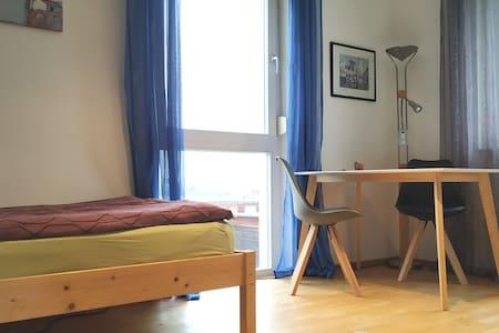 helles Zimmer mit Küchenzeile