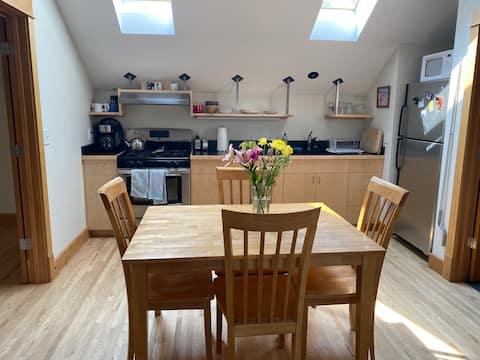 North Bozeman Loft, Queen bed, Full Kitchen,W/D