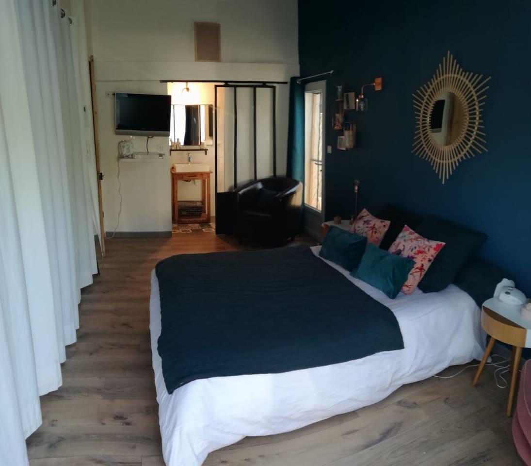 La chambre aux couleurs bleu paon et vieux rose