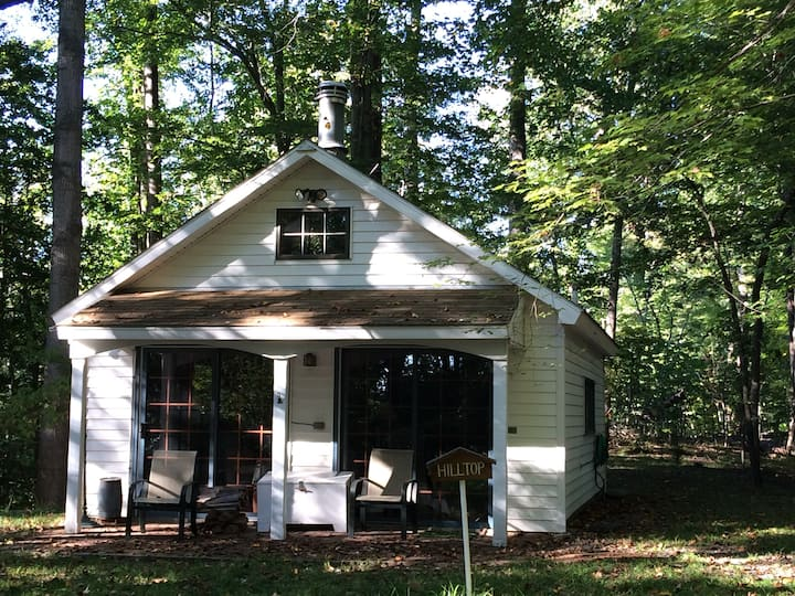 Quiet cottage on wooded property