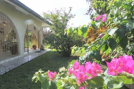 Heerlijke woning met tuin (Uitvlugt-Paramaribo)