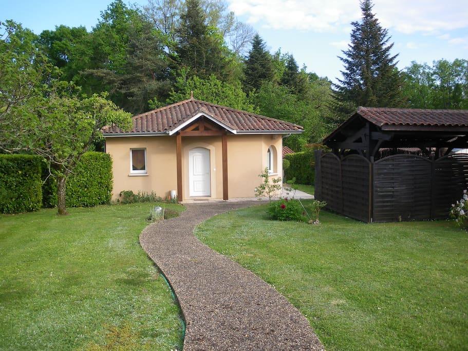 Petite maison avec jardin et terrasse couverte maisons - Terrasse jardin botanique montreal poitiers ...
